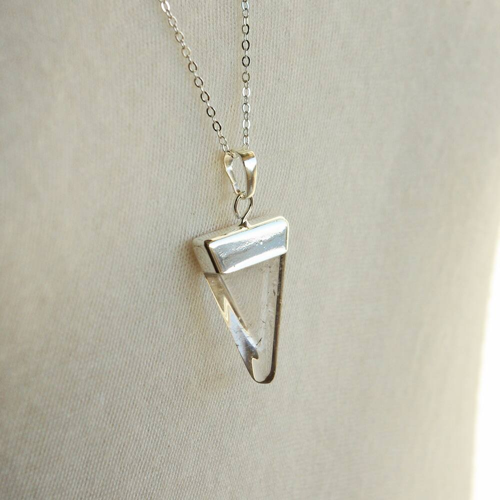 Háromszög alakú hegyikristály medál - ezüst színű foglalattal