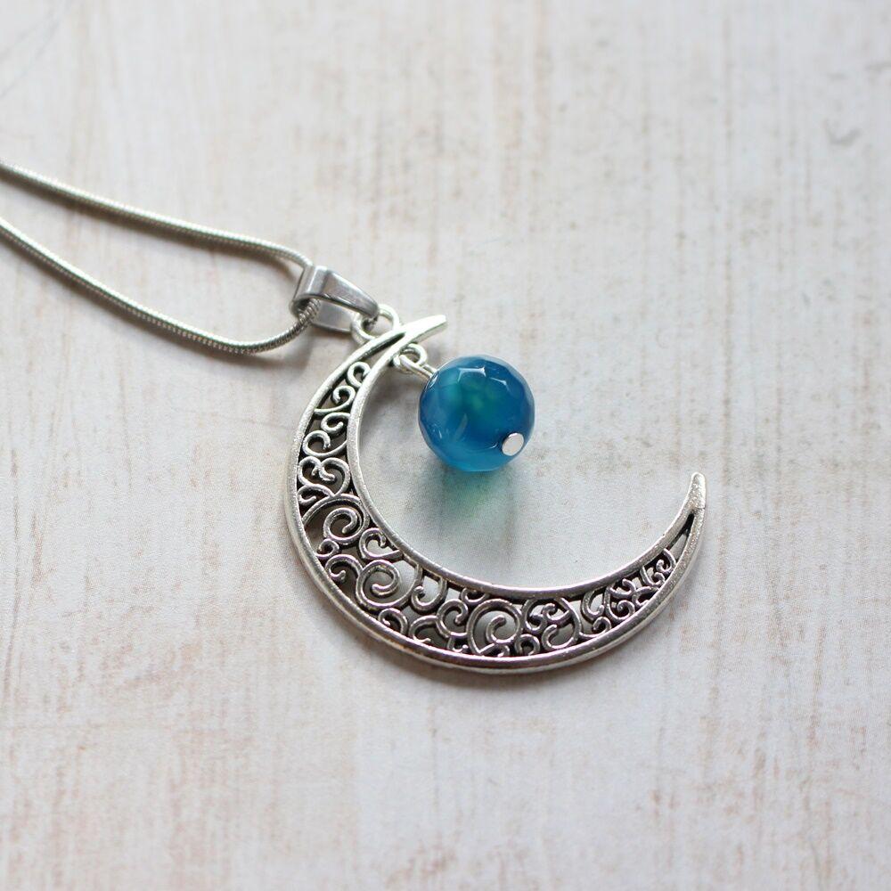 Hold medál achát gyönggyel - kék